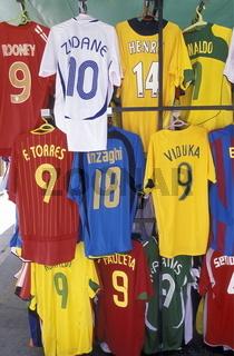 Ein Markt mit Fussball Shirts in der Altstadt von Valleta der Hauptstadt von Malta im Mittelmeer in Europa.