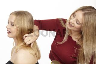 Sie frisiert ihre Freundin
