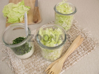 Chinakohl Salat im Glas mit Joghurtdressing