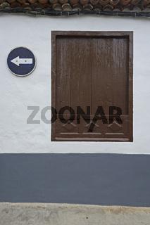 Fenster und Verkehrsschild in Garachico, Teneriffa, Kanarische I