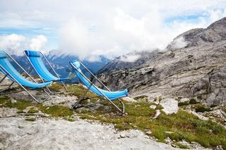 Liegestühle im Gebirge