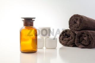 Cremedosen mit Handtüchern und ätherischen Ölen