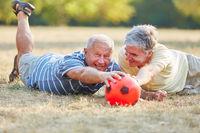 Zwei befreundete Senioren mit Fußball
