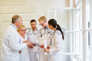 Ärzteteam arbeitet zusammen