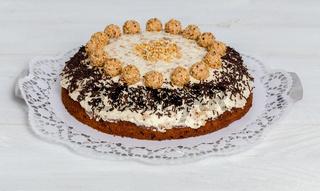 Mandel Nuss Torte auf weißem Holz