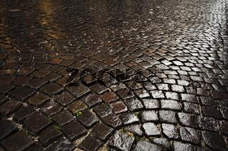 Nasse Kopfsteinpflaster / wet  cobblestone