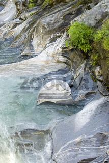Strukturen im Fluss Vezasca Lavertezzo in Tessin, Schweiz