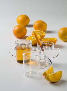 Teegläser mit orangentee