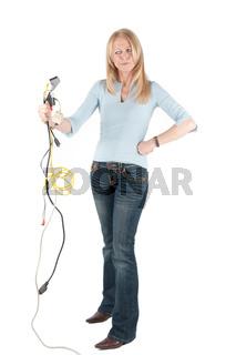 Frau betrachtet verärgert Kabelbündel