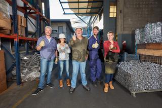 Gruppe Arbeiter in der Metallfabrik