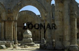 Die Ruine der Basilika von Deir Samaan oder Simeonskloster bei Aleppo im Norden von Syrien im Nahen Osten.