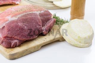 Frisch vom Metzger - rohes Schweinefleisch, ein Schweinebraten in der Vorbereitung