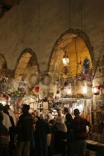 Eine Gasse mit Geschaeften im Souq in der Altstadt der Syrischen Hauptstadt Damaskus