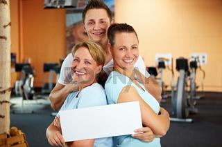 Mitarbeiter im Fitnesscenter machen Werbung