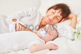 Mutter und Säugling schlafen friedlich