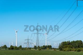Windräder und Stromübertragungsleitungen mit Masten