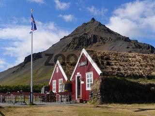 Häuser in Arnarstapi vor dem Berg Stapafell in Island