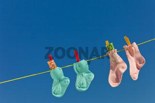Baby Socken auf Wäscheleine mit Eurogeldscheinen