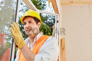 Facharbeiter bei der Montage von Fenster