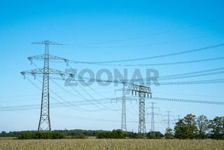 Strommasten und Höchstspannungsleitungen