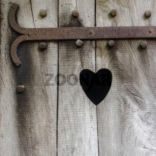 Herz in Holz geschnitzt