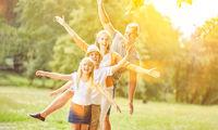 Aktive Familie und Kinder machen Fitness und Sport