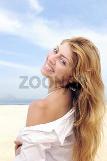 Sommer: elegante am Strand lächelt