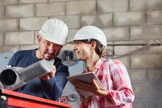Metallarbeiter kontrollieren Qualität von Bauteil