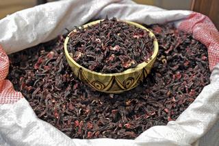 Hibiskusblueten aus Burkina Faso zur Teezubereitung  gruene Woche Berlin