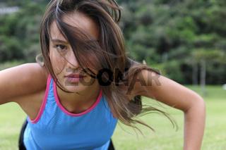 sportliche Frau macht Liegestütze im Park