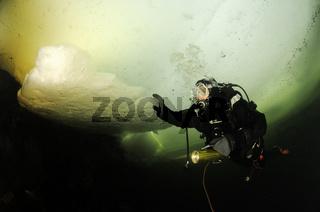 Eistauchen und Eisbloecke, ice diving and icecubes