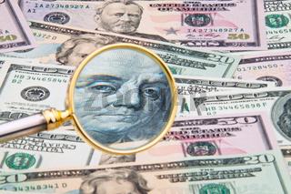 Dollar Geldscheine durch Lupe fotografiert