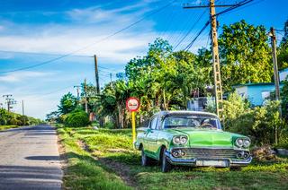 Grüner amerikanischer Oldtimer parkt auf dem Seitenstreifen in Santa Clara Kuba - HDR - Serie Cuba Reportage