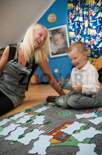 Junge Mutter spielt mit ihrem Sohn