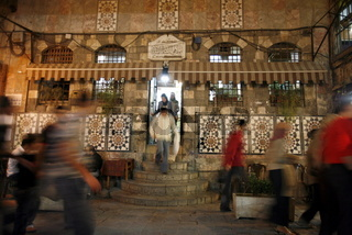 Ein Cafe in einer Gasse hinter der Umayyad Moschee im Souq in der Altstadt der Syrischen Hauptstadt Damaskus