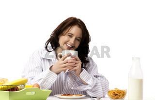 junge lachende frau beim frühstück