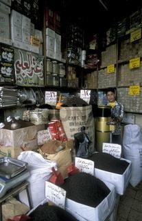 Ein Gewuerzladen auf dem Souq oder Markt in der Medina der Altstadt von Aleppo im Norden von Syrien im Nahen Osten.