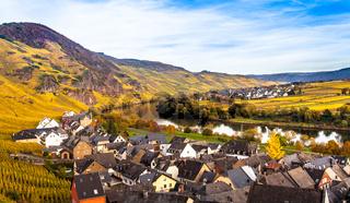 Mosel Herbstlandschaft und wohnsiedlung