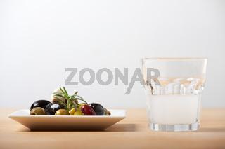 Großansicht des gemischten Antipasti mit Ouzo