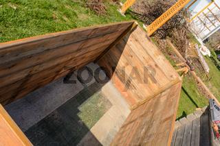 Hochbeet Bauanleitung - frisch aufgestelltes Hügelbeet mit Unterbau