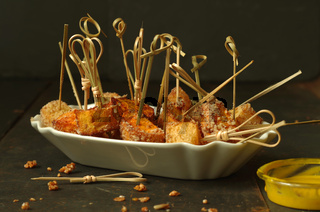 fritierte Steckrüben- und Süsskartoffelwürfel in Haselnuss Panade und Curry Dip