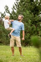 Vater und Sohn toben herum