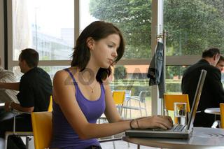 Frau in einem Cafe mit Notebook