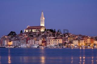 Altstadt von Rovinj in der blauen Stunde
