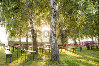 Biergarten im Sonnenschein unter Bäumen