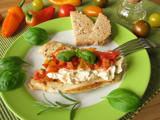 Frischkaese und Tomaten-Paprika-Salsa auf Puten