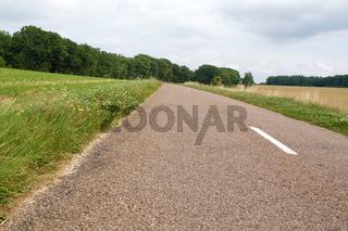 Straße mit Mittelstreifen in Landschaft