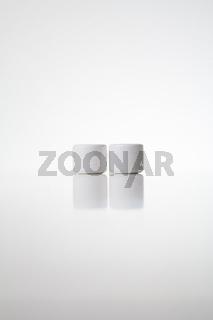 Dosen mit Creme: Gleiche Größe, gleicher Inhalt, in weiß mit weißem Hintergrund