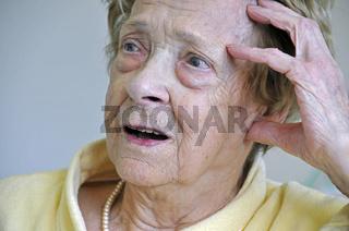 durch Alter und längere Krankheit gekennzeichnete Hand und Gesicht einer dreiundachzigjährigen Frau