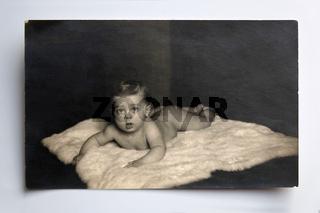 Baby auf Eisbaerenfell, um 1920